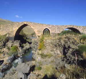 Al Ponte dei saraceni, il Simeto incontra le lave dell'Etna - © pietronicosia.it