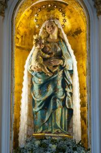 La statua della Madonna delle Grazie, posta sull'altare del Santuario di Mompileri - pietronicosia.it