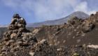 Valle del Bove: in primo piano un omino di pietra lavica segnavia - © pietronicosia.it