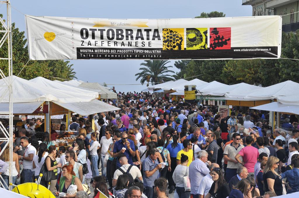 Zafferana, piazza Umberto I nel corso dell'Ottobrata - © pietronicosia.it
