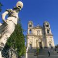 La chiesa madre e uno dei lampioni della scalinata liberty  - © pietronicosia.it