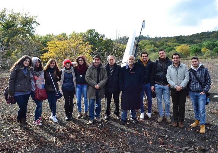Il gruppo di universitari e, al centro, Salvo Caffo, Giuseppe Vecchio e Gaetano Perricone nella sede del Parco dell'Etna