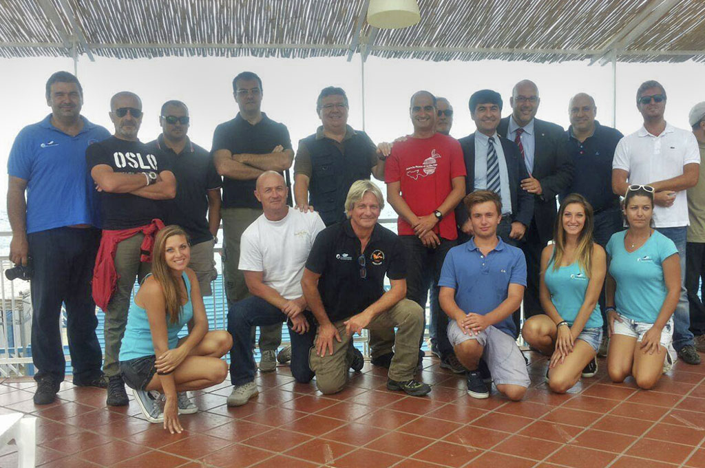 Rosario Catania, al centro con la maglia rossa, e il team che lo supporta nell'Etna Vertical Experience
