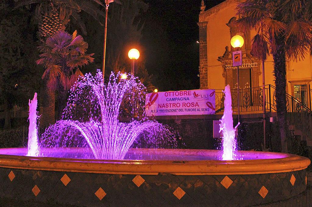 La fontana del Giardino Martoglio illuminata di rosa per ricordare l'importanza della prevenzione
