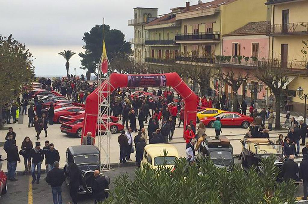 Zafferana Etnea, Mostra-Scambio ed esposizione auto e moto d'epoca. Si notano alcune Ferrari storiche