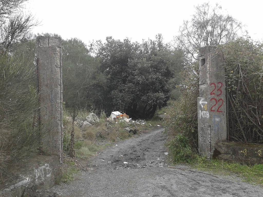 """L'inizio del sentiero verso Monte Arso sulla strada """"il chilometro"""". Si nota il materiale abbandonato da poco"""