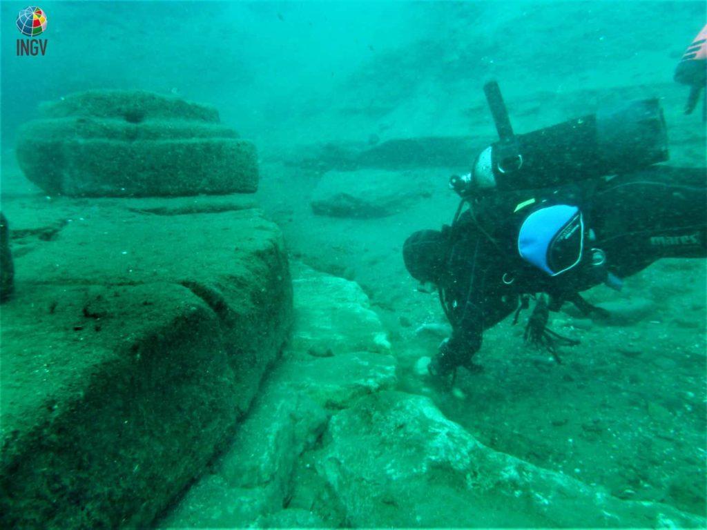 Foto 1. I resti sommersi del porticato di forma circolare del porto Sottomonastero di Lipari (si nota la base di una colonna). Foto: Marco Anzidei